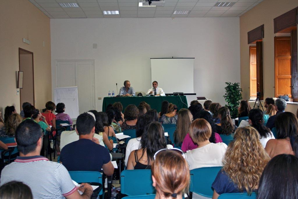 Studenti in aula durante una lezione con Dott. Giorgio Berloffa ed ildirettore della Scuola di Naturopatia dott. Silvio Scarantino